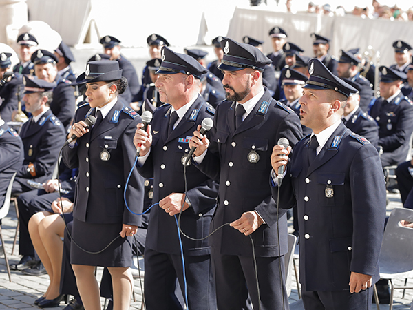 Agentes cantam durante a cerimônia