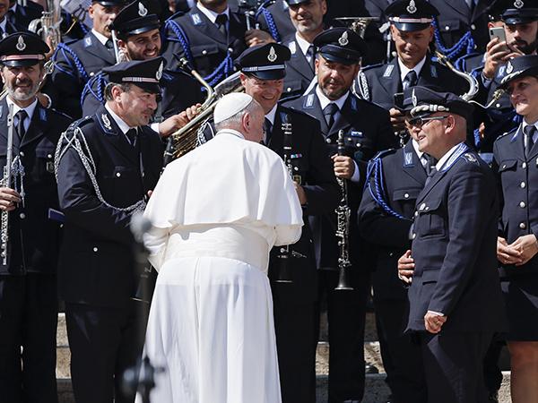 Papa Francisco cumprimenta os agentes