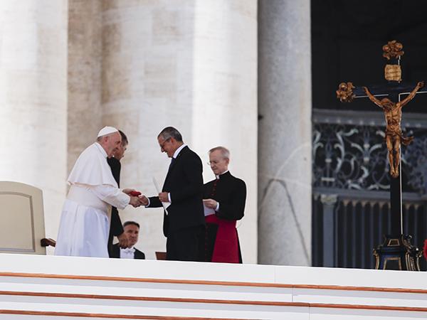 a saudação de Basentini ao Papa Francisco